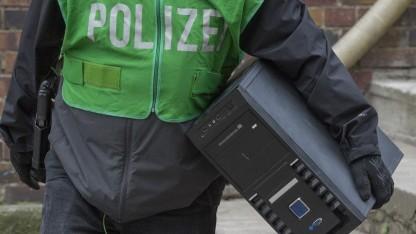 Polizist bei der Beschlagnahmung eines Computers.