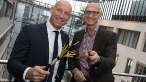 Telekom-Chef Tim Höttges (rechts) und EWE-Vorstand Michael Heidkamp