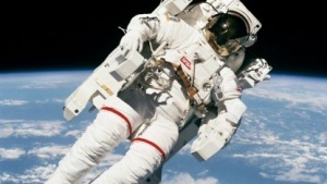 Bruce McCandless: Anspielung auf Neil Armstrong