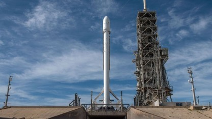 Falcon 9 auf der Startrampe (Symbolbild): Probleme mit der Nutzlastverkleidung