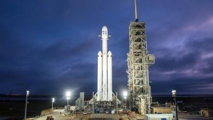 Faclon Heavy auf der Startrampe am 28. Dezember 2017: zum Start Space Oddity