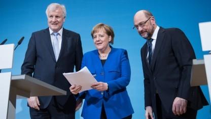 Bundeskanzlerin Angela Merkel (CDU) präsentiert das Sondierungspapier mit CSU-Chef Horst Seehofer (l.) und SPD-Chef Martin Schulz.