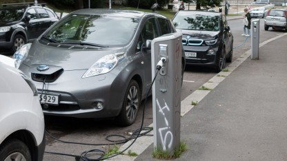 Elektroautos an einer Ladesäule (Symbolbild): Die Nachfrage nach Lithium steigt bis 2025 um das Doppelte bis Dreifache.
