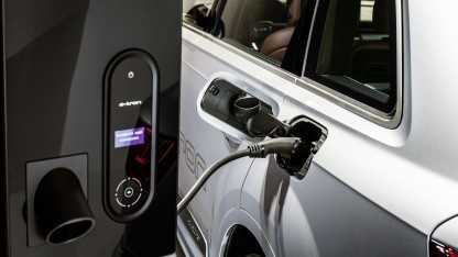 Elektroauto lädt am Wandakku: Virtuelles Kraftwerk speist Strom ins Netz.