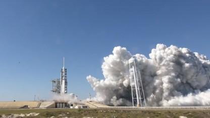 Triebwerkstest der Falcon Heavy: ordentliches Gewitter aus Dampf