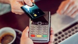Gemaltos Kreditkarte funktioniert kontaktlos und mit Fingerabdrucksensor.
