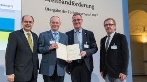 Minister Christian Schmidt (links) bei der Bekanntgabe der Förderbescheide.
