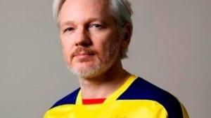 Julian Assange im Fußballtrikot Ecuadors