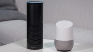 Alexa und Google Assistant treten gegeneinander an.