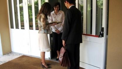Typischer Hausbesuch von den Zeugen Jehovas