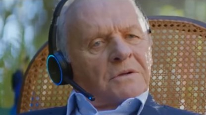 Schauspieler Anthony Hopkins mit Echo-Headset
