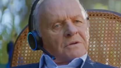 Schauspieler Anthony Hopkins mit Echo-Headset