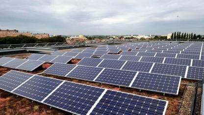 Solaranlage auf einem Dach (Symbolbild): Solarmodule und Akkus werden über Stromverkauf finanziert.