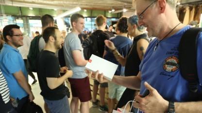 Käufer eines neuen Smartphones in Berlin