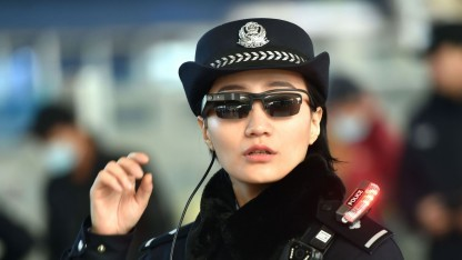 Polizistin in Zhengzhou mit Gesichtserkennungssonnenbrille: sieben Verdächtige identifiziert und festgenommen