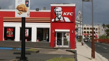 Ein KFC-Schild zwingt das Auto nicht wegen Hunger zum Anhalten...