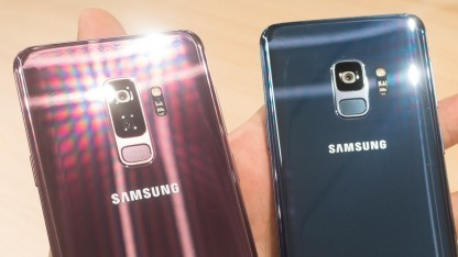 Dank der schimmernden Rückseite reflektieren die neuen Galaxy-S9-Smartphones Licht sehr stark.