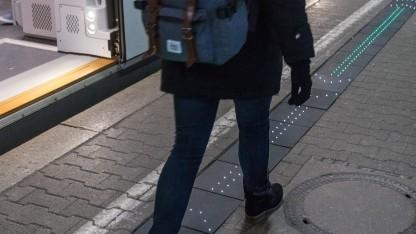 Bahn erprobt leuchtende Bahnsteigkante