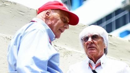 """Bernie Ecclestone (r) mit Niki Lauda. Rennen mit Elektroautos sind wie """"Sex mit Socken""""."""