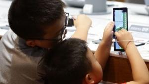 Kinder am Smartphone