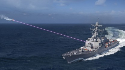 Künstlerische Darstellung einer Laserkanone im Einsatz: Drohne blenden oder zerstören
