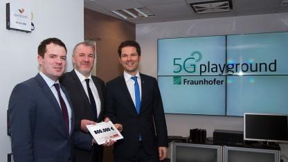 Übergabe des Zuwendungsbescheides für die 5G-Forschung durch die Staatssekretäre Björn Böhning (links) und Steffen Krach (rechts) an Fraunhofer FOKUS-Institutsleiter Manfred Hauswirth.