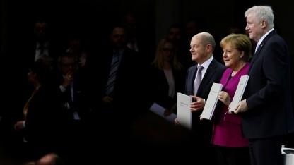 SPD-Chef Olaf Scholz, CDU-Chefin Angela Merkel und CSU-Chef Horst Seehofer präsentieren den Koalitonsvertrag.