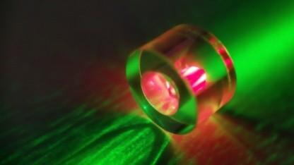 Maser: Der quaderförmige Diamant ist in einem Ring aus Saphir eingefasst. Von grünem Laserlicht angestrahlt, reagiert er mit der Aussendung von rotem Fluoreszenzlicht, das aus den Stickstoff-Fehlstellen stammt.