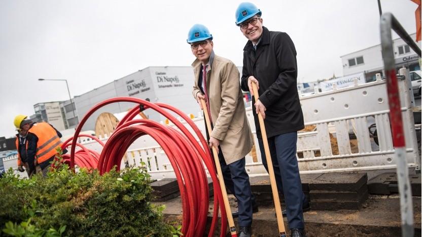 Timo von Lepel (links) und Stadtdirektor Stephan Keller beim Spatenstich im Gewerbegebiet Longerich
