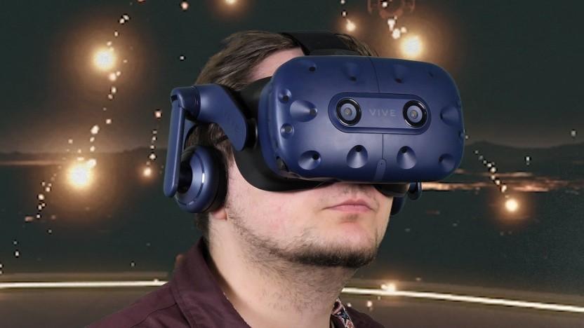 Das HTC Vive Pro passt komfortabel auf den Kopf.