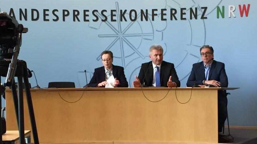 Mitte: Wirtschafts- und Digitalminister Andreas Pinkwart (FDP)