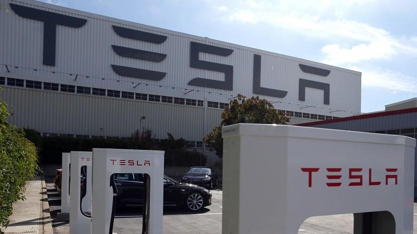Supercharger vor der Tesla-Fabrik im kalifornischen Fremont