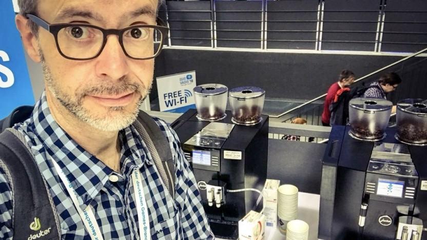 Golem.de-Redakteuer Peter Steinlechner vor den Kaffeemaschinen der Quo Vadis 2018