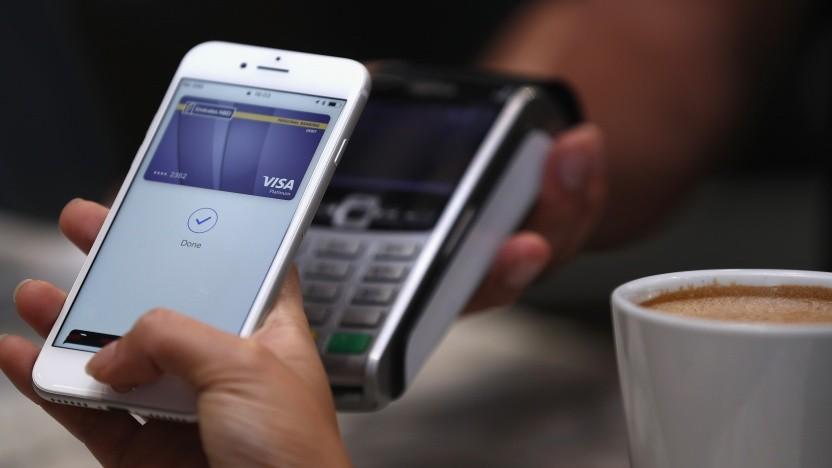 Ein Smartphone wird zum Bezahlen verwendet: Genutzt wird hier aber nicht direkt eine Bezahl-App,  sondern Apple Pay.
