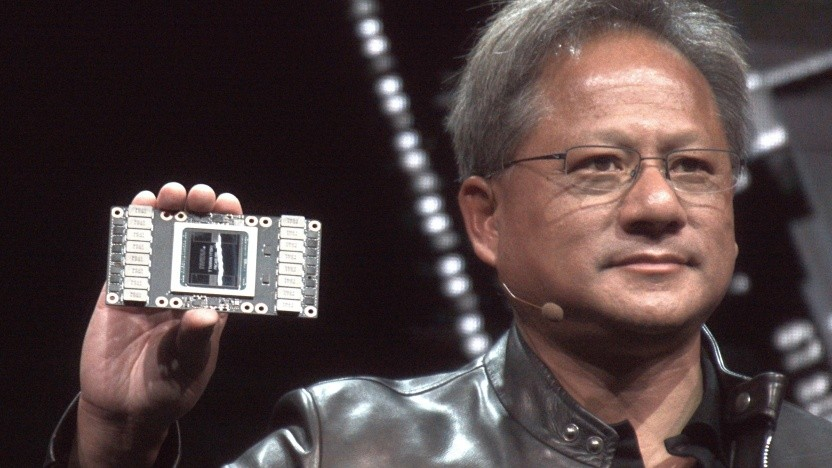Nvidias Jensen Huang zeigt eine Tesla V100.