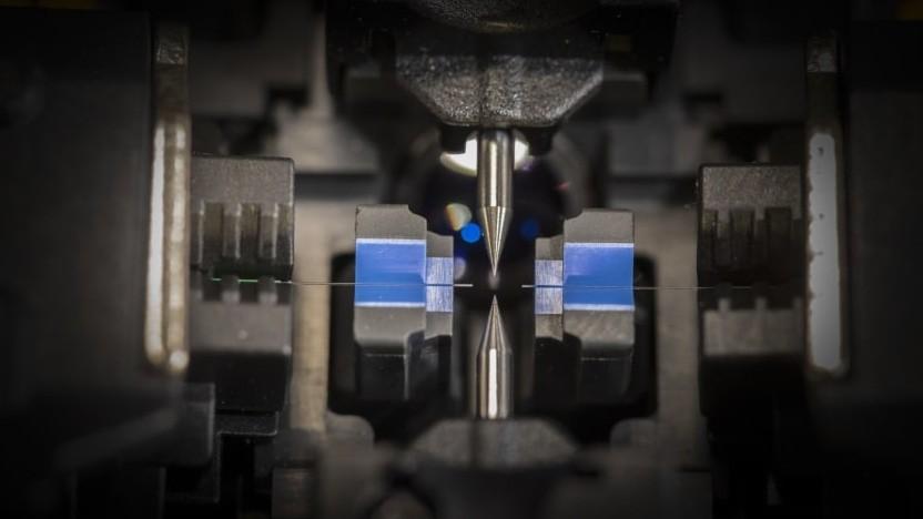 Glasfasern werden mit dem Lichtbogenspleißgerät gespleißt.