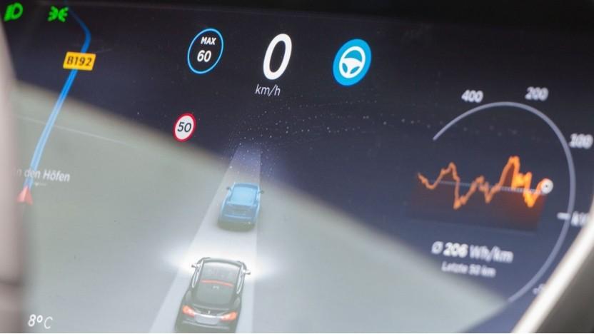 Tesla-Instrumentenanzeige mit eingeschaltetem Autopiloten: Blickrichtungserfassung ist wirkungslos.