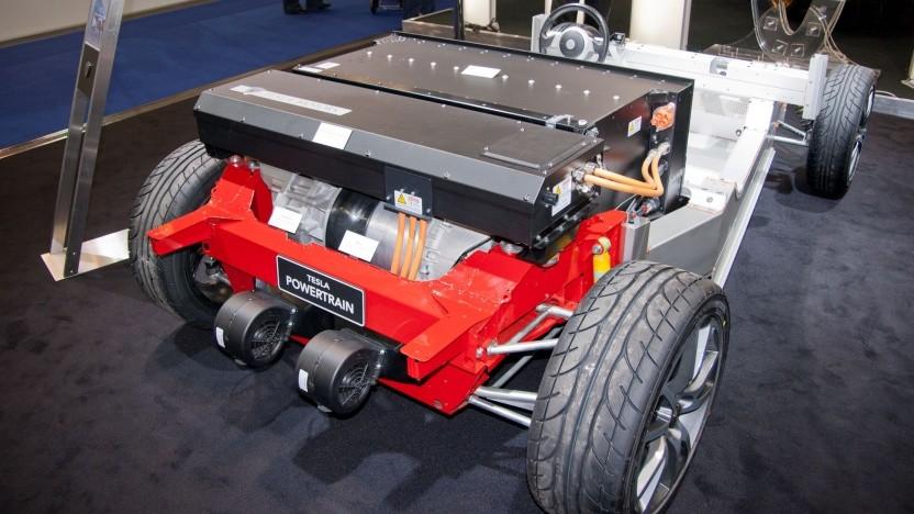 Chassis eines Tesla Roadster mit Antriebsstrang und Akku: Konzepte für die Wiederverwendung von ganzen Batteriekomponenten