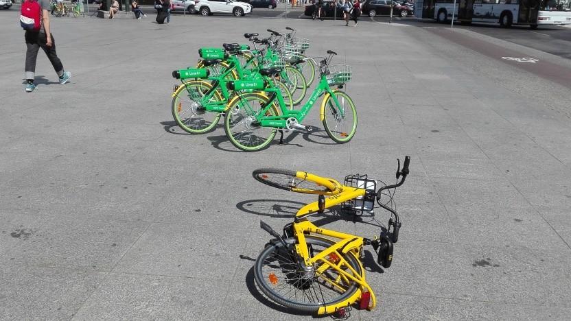 Räder liegen am Potsdamer Platz.