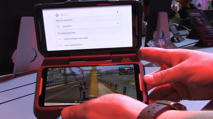 Das ROG Phone passt in den Handheld-Controller.