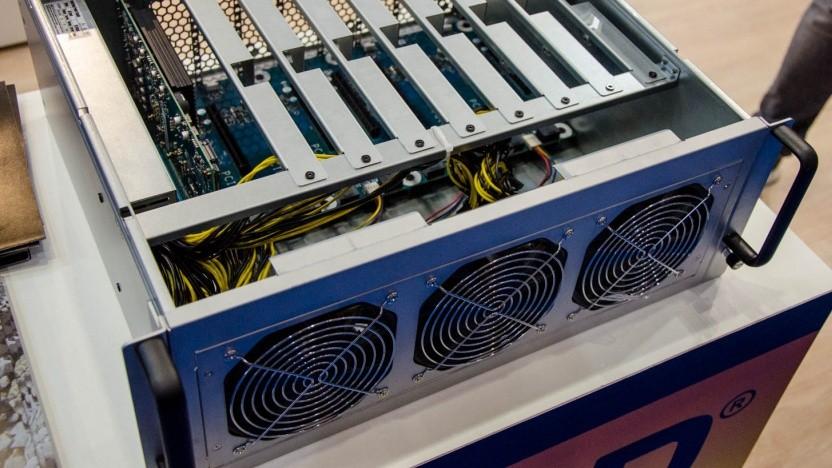 Acht GPUs, Strom und PC auf vier Höheneinheiten