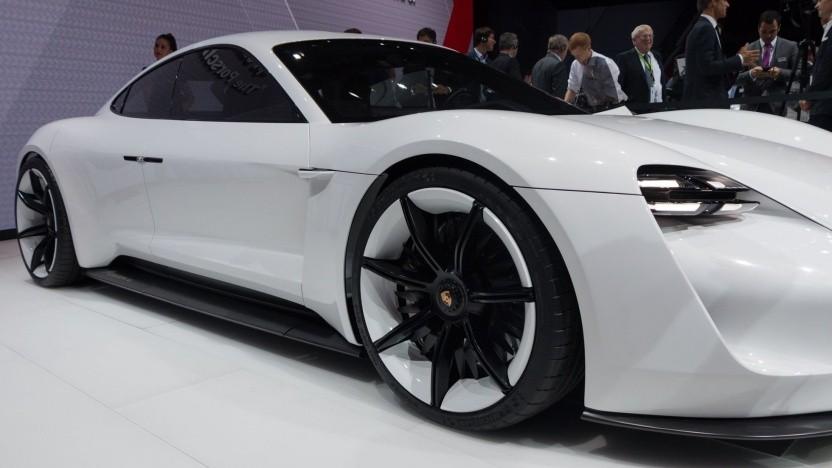 Konzeptfahrzeug Porsche Mission E (auf der IAA 2015) kommt ab 2019 als Taycan auf den Markt.