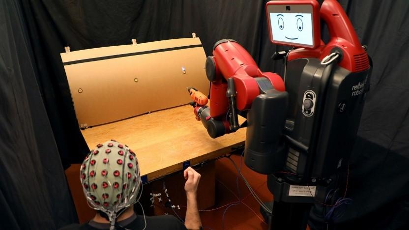 Ein Mensch steuert den Roboter mit elektrischen Arm- und Hirnsignalen: Ein Fehlersignal stoppt die Aktion.