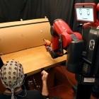 Mensch-Maschine-Interaktion: Roboter reagiert auf Signale aus dem Gehirn und dem Arm
