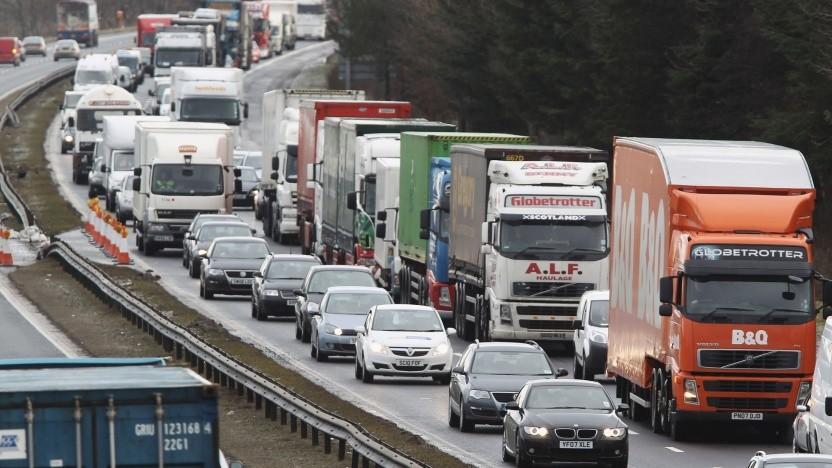 Lkw im Stau auf der Autobahn: Der Algorithmus Manni berechnet den Preis und lernt dabei.