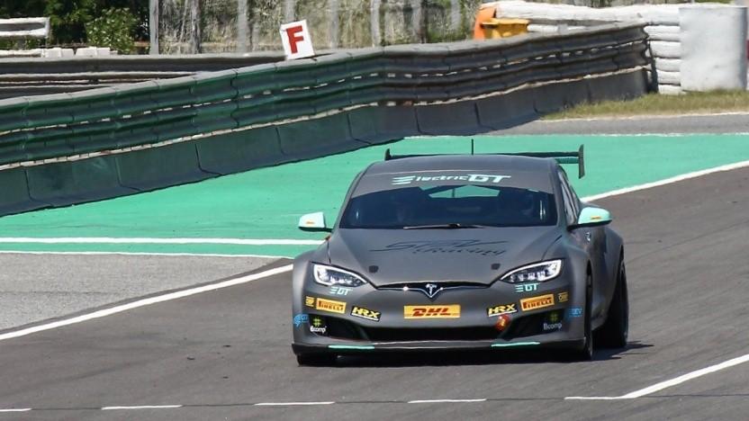 Renn-Tesla auf dem Circuit de Barcelona-Catalunya: Crashtests der FIA bestanden