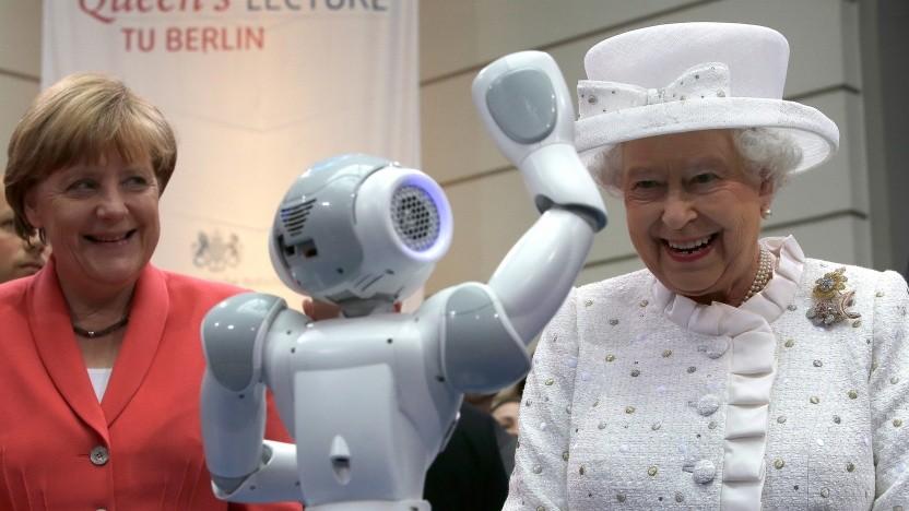 Queen Elizabeth II. und Bundeskanzlerin Angela Merkel bestaunen einen Roboter.