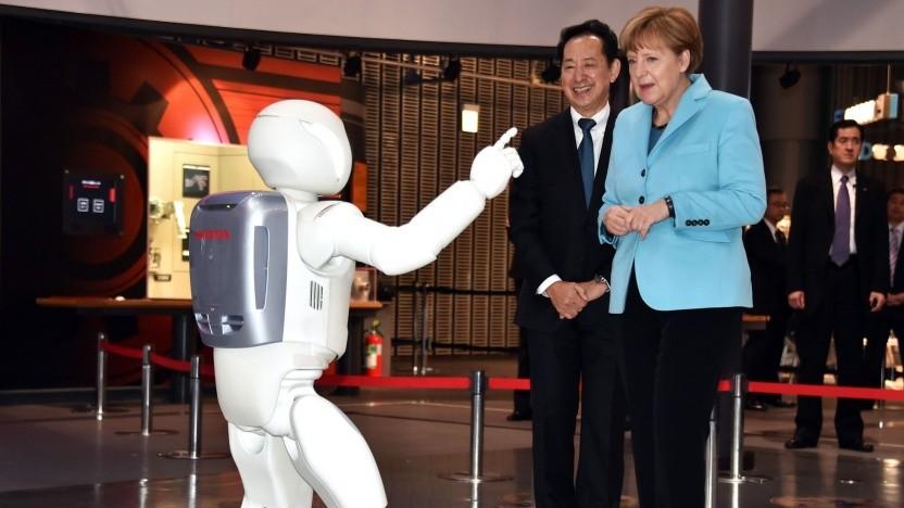 Asimo mit Angela Merkel: Techniken aus dem Asimo-Projekt sollen einesetzt werden.