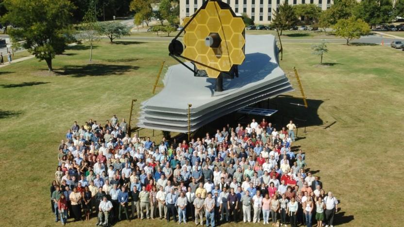 Ein Modell des James-Webb-Weltraumteleskopes mit dem Team der Nasa