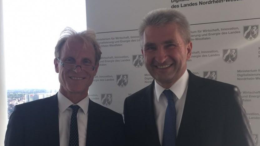 NRW-Wirtschafts- und Digitalminister Andreas Pinkwart (rechts) mit Buglas-Geschäftsführer Wolfgang Heer